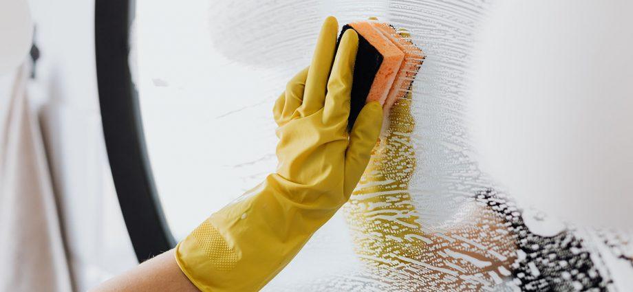 sprzątanie w rękawiczkach